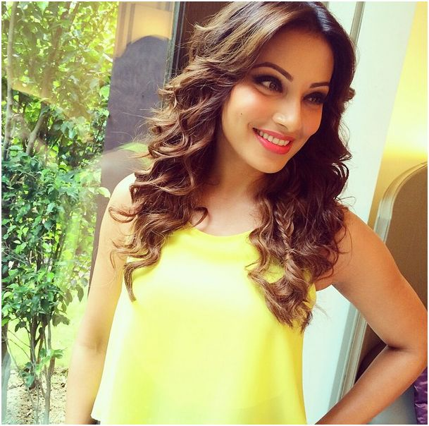 A cute picture of Bipasha Basu in yellow top