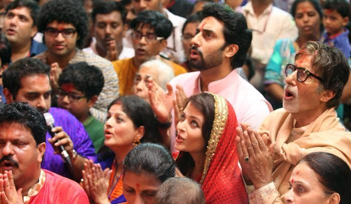 A great picture of Aishwarya, Abhishek and Amitabh ji during Lal Baug Cha Raja pooja event