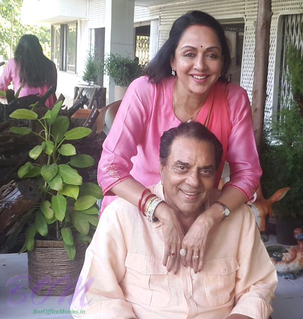 A lovely picture of Dharmendra and Hema Malini on 35th anniversary