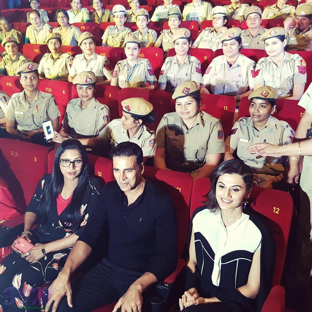Akshay and Taapsee with female police officers of Delhi