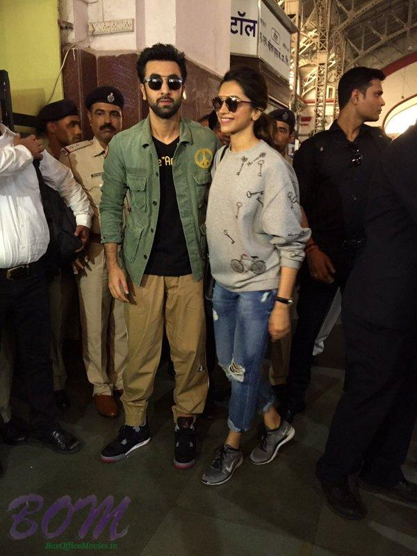 An interesting picture of Ranbir Kapoor and Deepika Padukone after travel by train