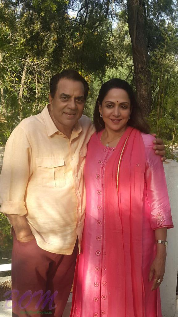 Another picture of Dharmendra and Hema Malini on 35th anniversary
