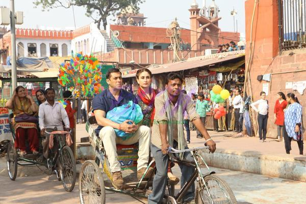 A perfect picture of Kareena Kapoor Khan and Salman Khan while shooting for Kabir Khan's Bajrangi Bhaijaan. The movie will release soon in Eid 2015