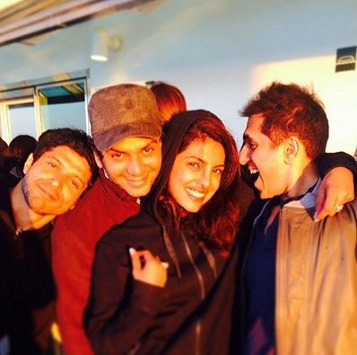 Dil Dhadakne Do Team chilling moment - Farhan Akhatar, Priyanka Chopra, and others