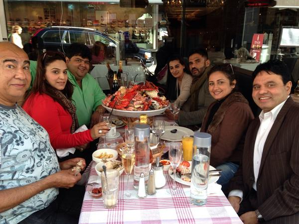Divya Dutta shared this picture herself with words 'N tat seafood mountain. Wth Sunil and Mana Shetty and RAJAT Bhavna and Quereshis'