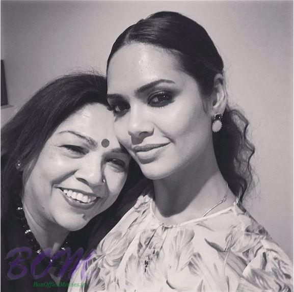 Esha Gupta selfie with her Mother on Mothers Day 2017