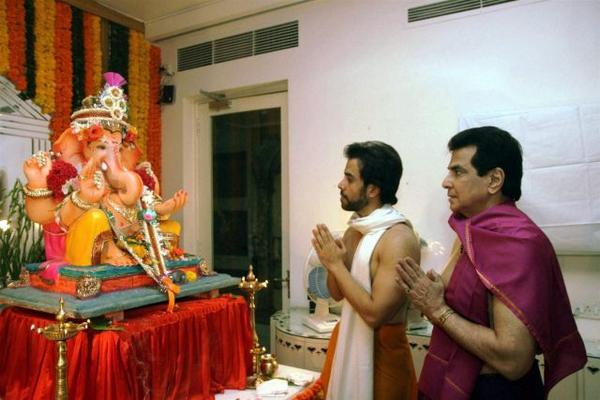 Ganpati Bappa Morya Tusshar Kapoor chants on Ganesh Chaturthi with father and actor Jitendra