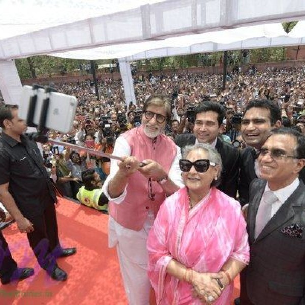 Great Amitabh Bachchan ji trying to take a selfie when in Jaipur