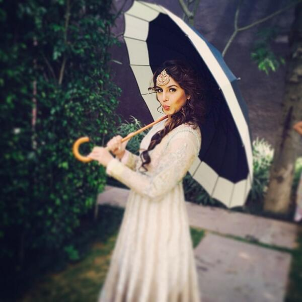 Huma Qureshi under umbrella