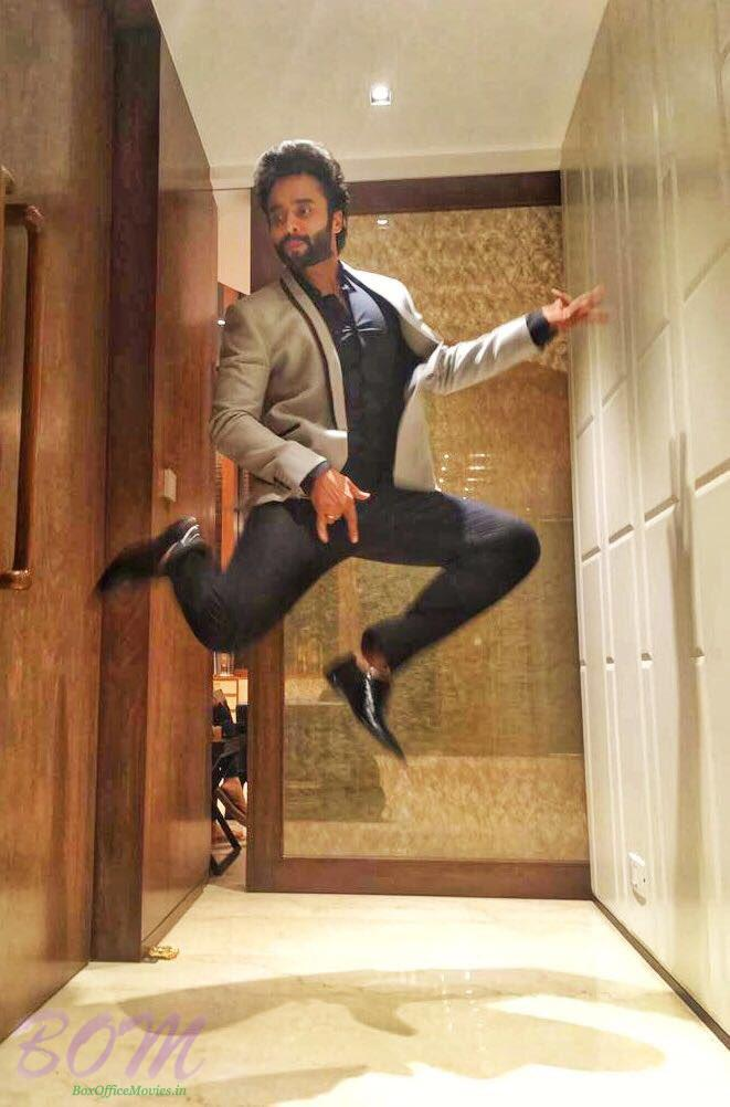 Jackky Bhagnani cool jump on Maharashtras most stylish award day
