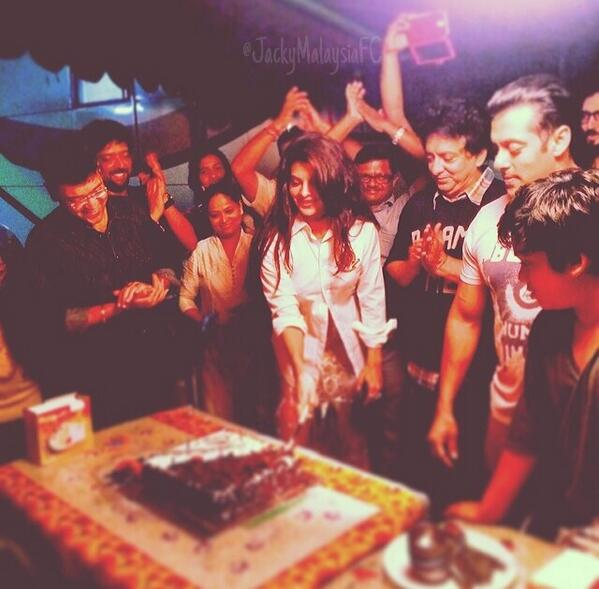 Jacqueline Fernandez and Salman Khan celebrating with team together when Kick movie shooting completed