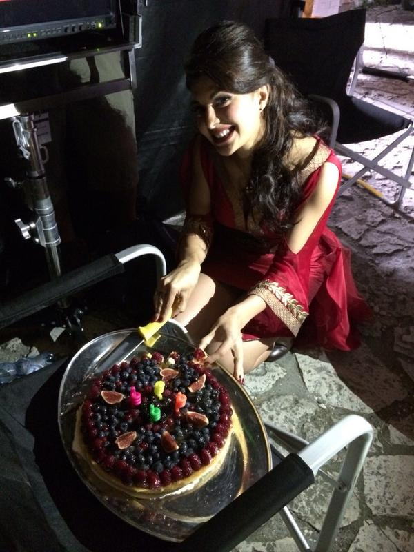 jacqueline fernandez picture with birthday cake