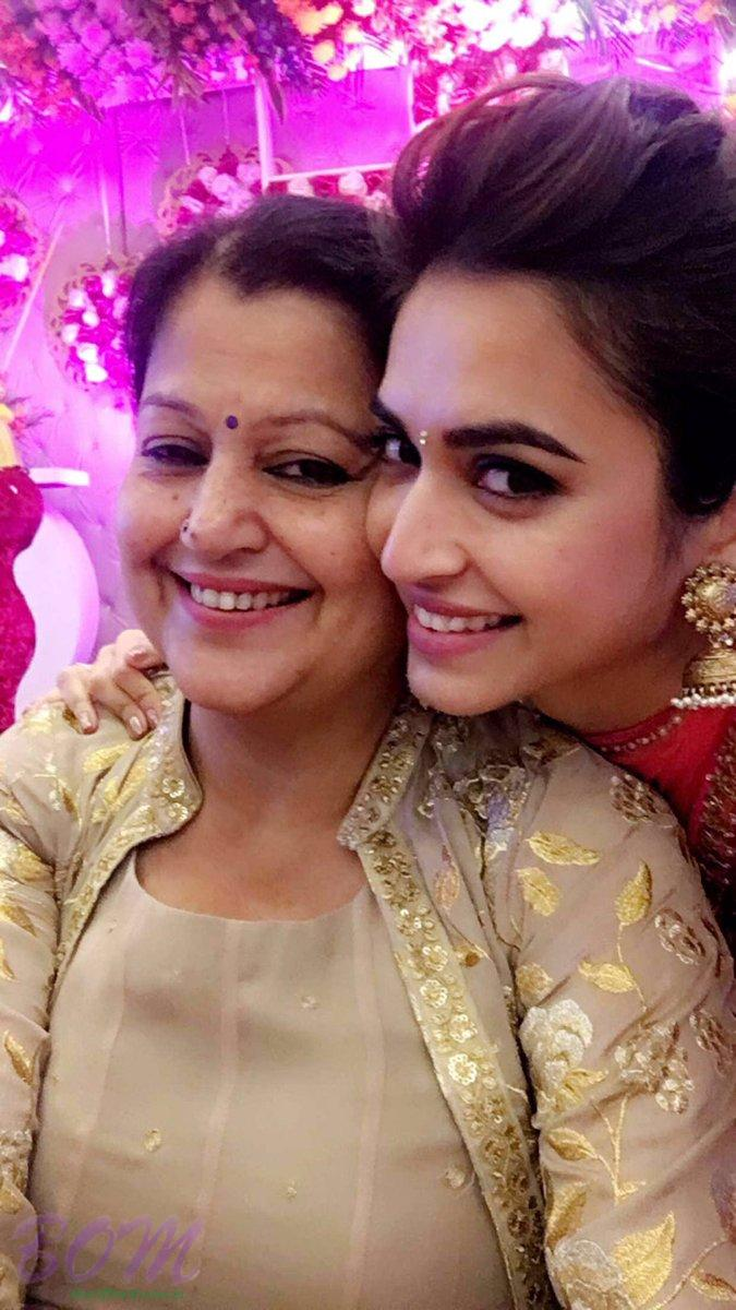 Kriti Kharbanda selfie with mother on Mothers Day 2017