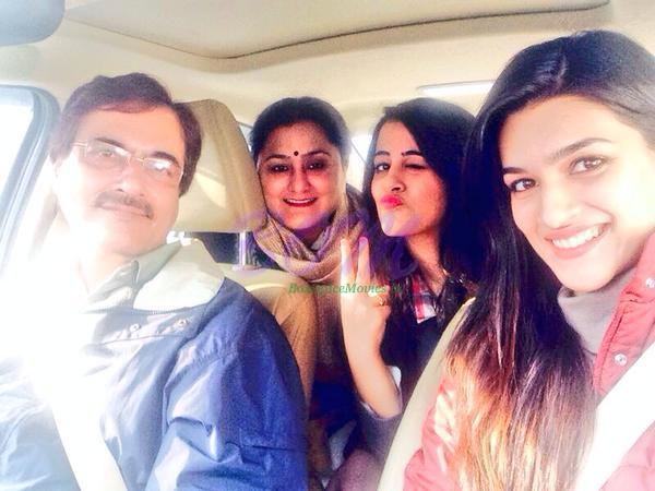 Kriti Sanon with Father, Mother and Sister