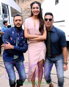 Lisa Haydon looks taller then Akshay Kumar and Riteish Desmukh