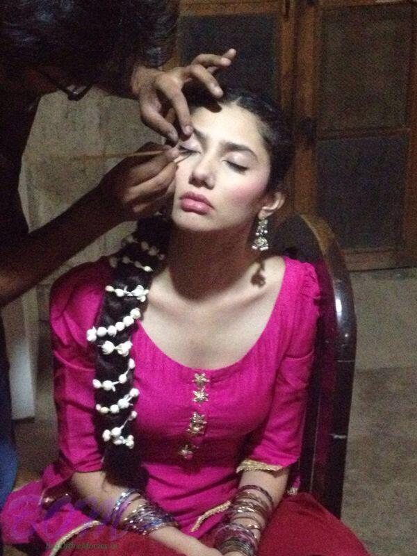 A picture of Mahira Khan continue at work without sleep on Day 2