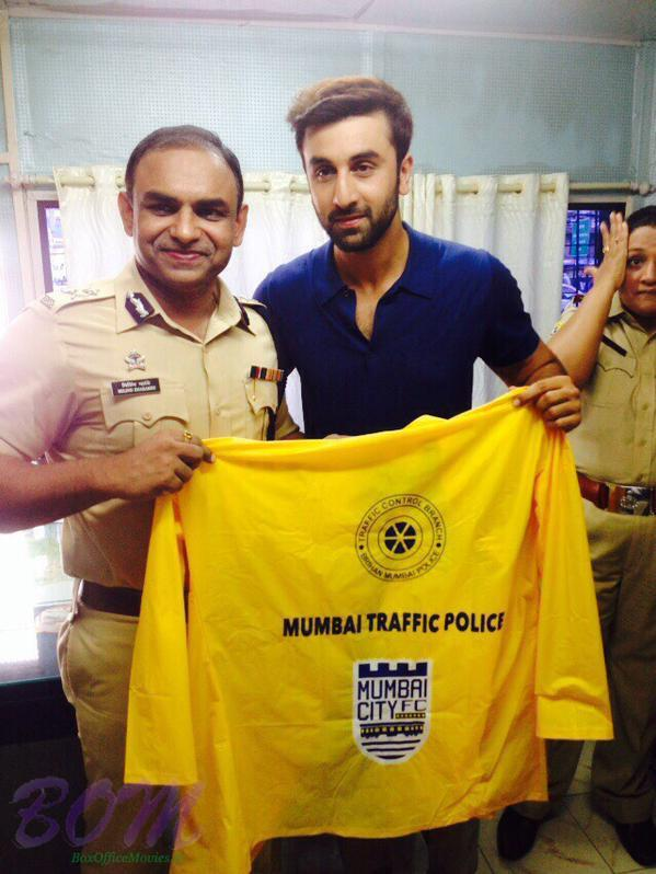 Mumbai police get 2000 raincoats from Ranbir on behalf of Mumbai City Football Club