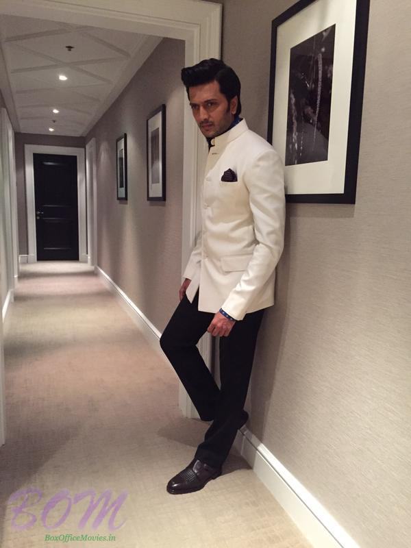 Riteish Deshmukh perfect pose during IIFA event by Jenelia D'souza