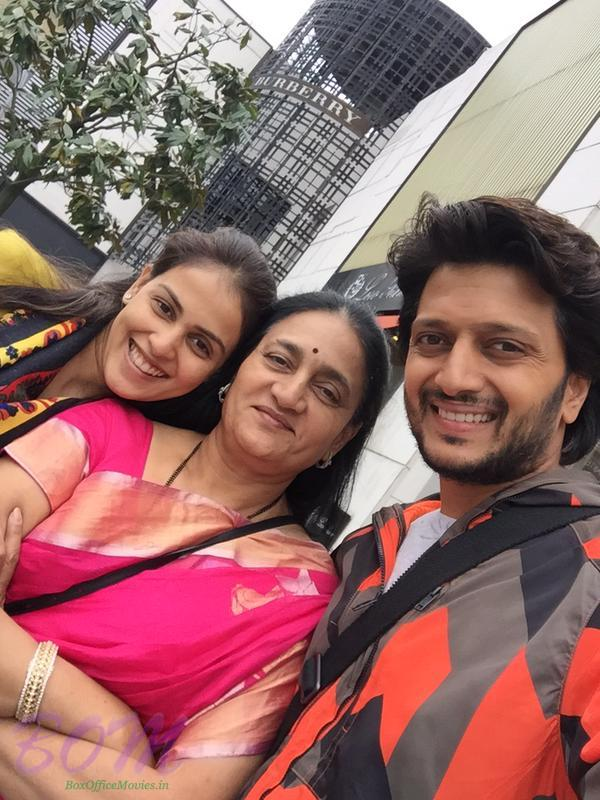Riteish Deshmukh with mother and wife