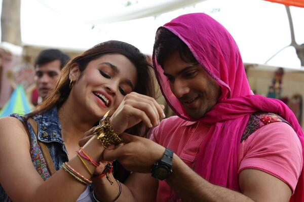 Romantic picture of Alia Bhatt and Varun Dhawan in Humpty Sharma Ki Dulhania