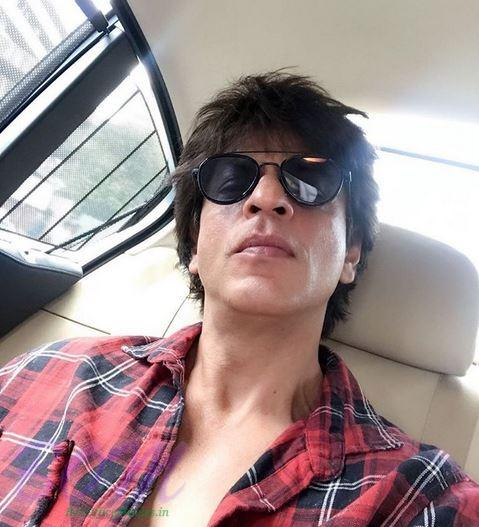 Shahrukh Khan selfie after a shoot of his upcoming movie by Anand L Rai
