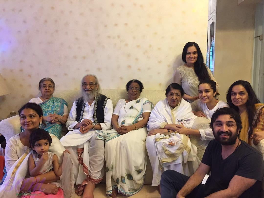 This family picture of Lata Mangeshkar ji with her Guru Ji and elder sisters is so beautiful.