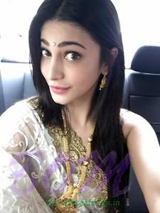 Shruti Haasan latest selfie when going at ISHTARA