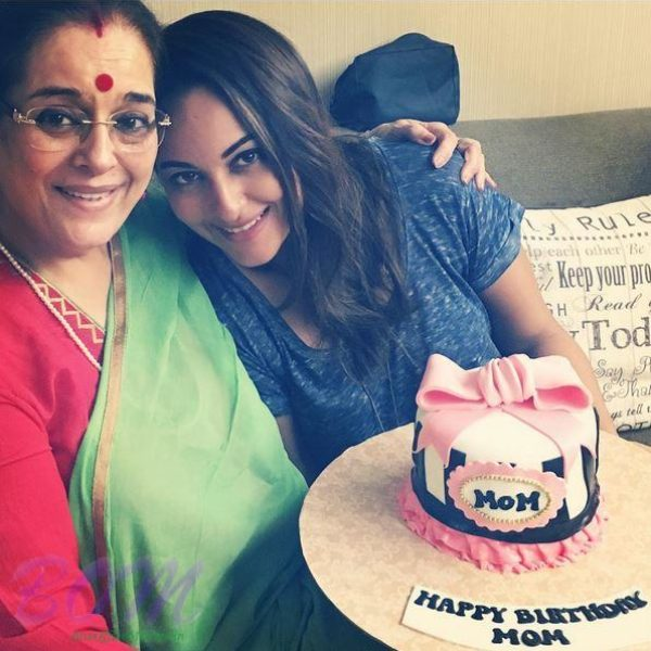 Sonakshi Sinha with Brithday cake for her mother on 10 Oct 2016