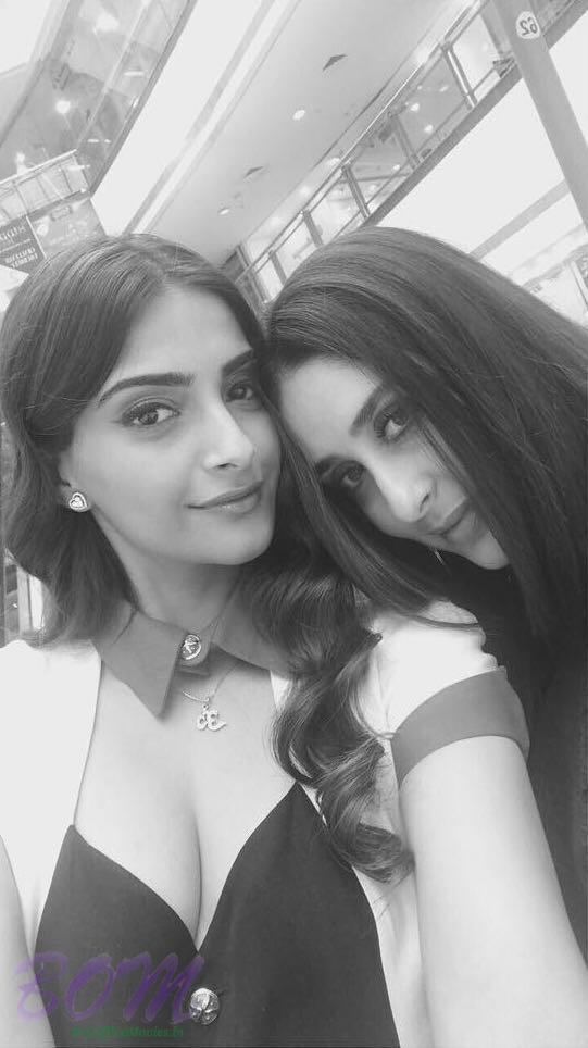 Sonam Kapoor latest selfie with Kareena Kapoor Khan