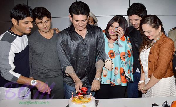 Sonu Nigam celebrating Omung Kumar birthday on 9 Oct 2015