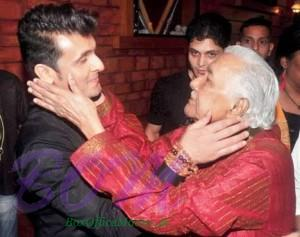 Sonu Nigam with his teacher Ustad Ghulam Mustafa Khan