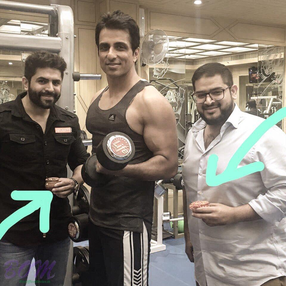 Sonu sood confuse to do when his friends arrive at Gym with ice-creams