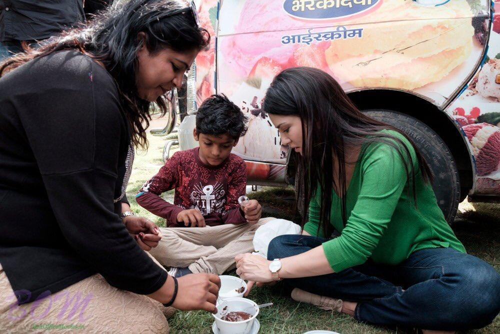 Sunny Leone Ice Cream hrs with a friend on the set