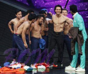 Tiger Shroff showing his awesome body with other dancers