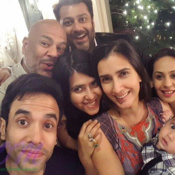 Tusshar Kapoor selfie with Family and Cousins