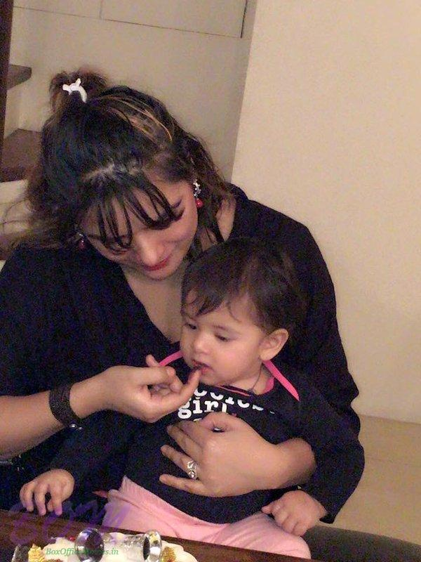 Udita Goswami selfie with her 1 year baby