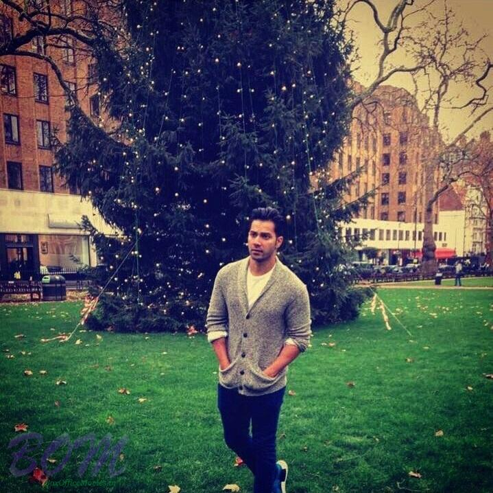 varun-dhawan-pic-with-christmas-tree-2016
