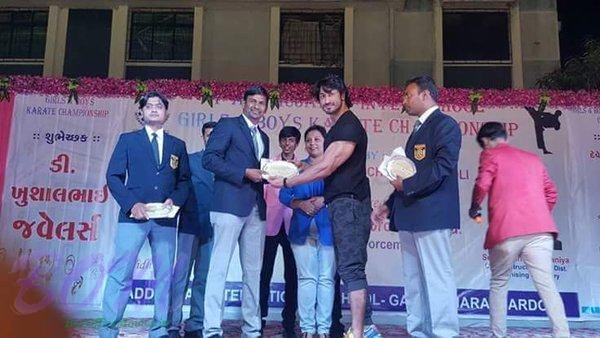 Vidyut Jammwal giving the belts in Surat in a black belt cermony